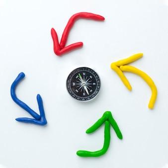 Draufsicht auf pfeile, die um kompass zeigen