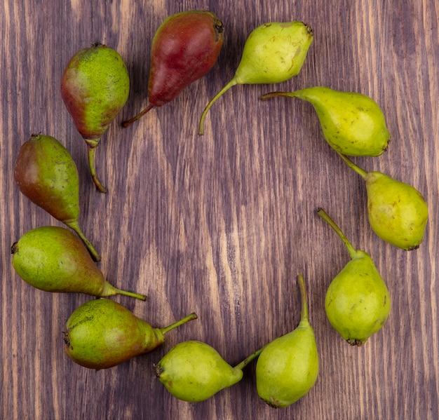 Draufsicht auf pfirsiche, die in runder form auf holzoberfläche gesetzt werden