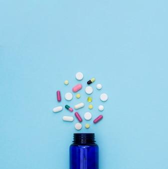 Draufsicht auf pillen mit behälter und kopierraum