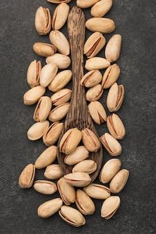 Draufsicht auf pistazien und löffel