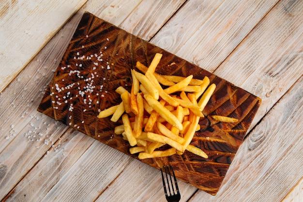 Draufsicht auf pommes frites mit salz