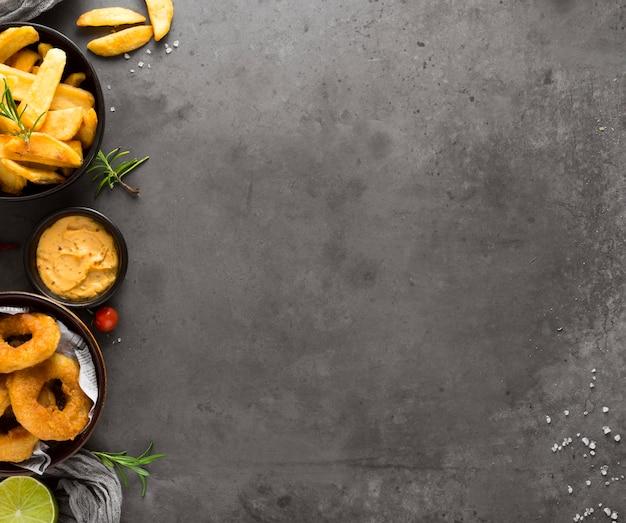 Draufsicht auf pommes frites mit senf- und kopierraum