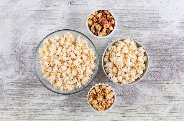 Draufsicht auf popcorn in schalen auf weißer hölzerner horizontaler