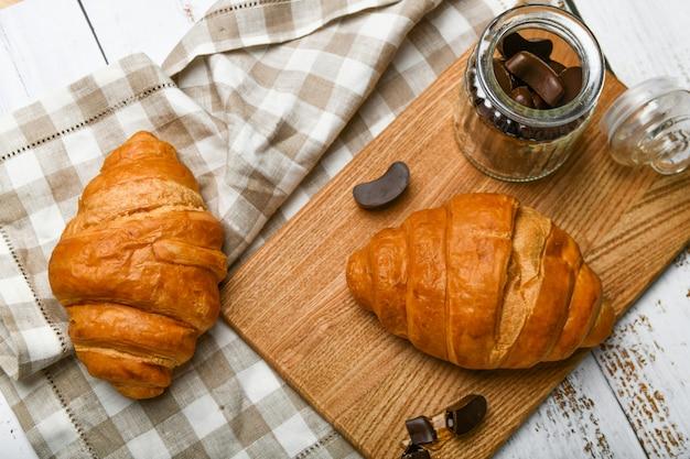 Draufsicht auf pralinen und croissants