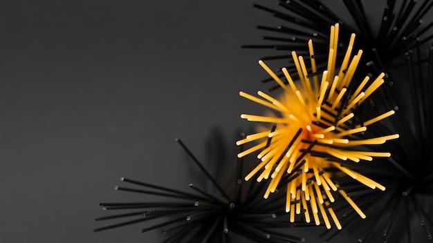 Draufsicht auf regelmäßige und schwarze spaghetti-bündel