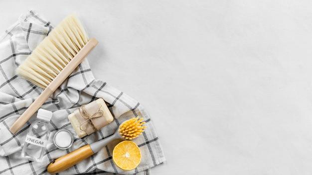 Draufsicht auf reinigungsbürsten mit seife und kopierraum