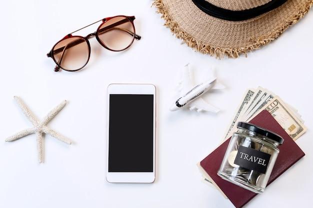 Draufsicht auf reiseaccessoires auf weißer farbe