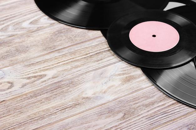 Draufsicht auf retro-vinyl-schallplatten über holzhintergrund. kopieren sie platz für text