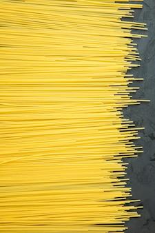 Draufsicht auf rohe spaghetti auf schwarz