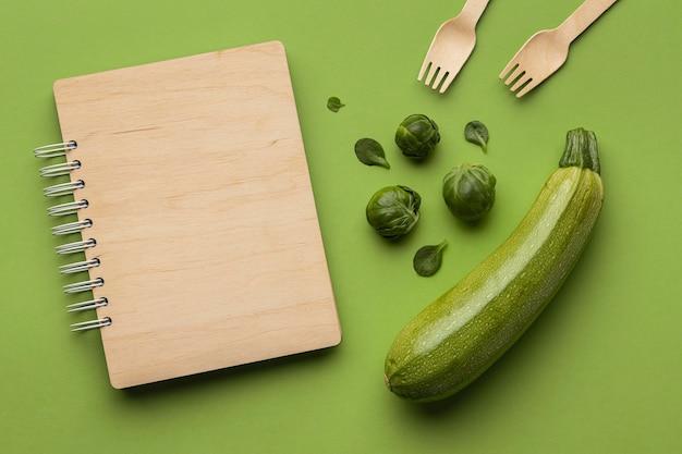 Draufsicht auf rosenkohl mit zucchini und holzgabeln