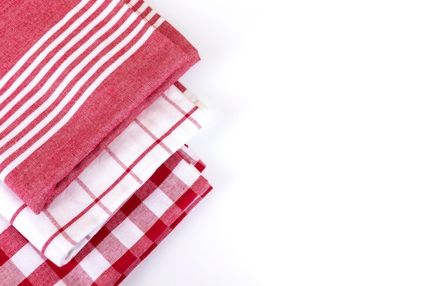 Draufsicht auf rot karierte gingham-küchentücher auf weiß mit kopienraum