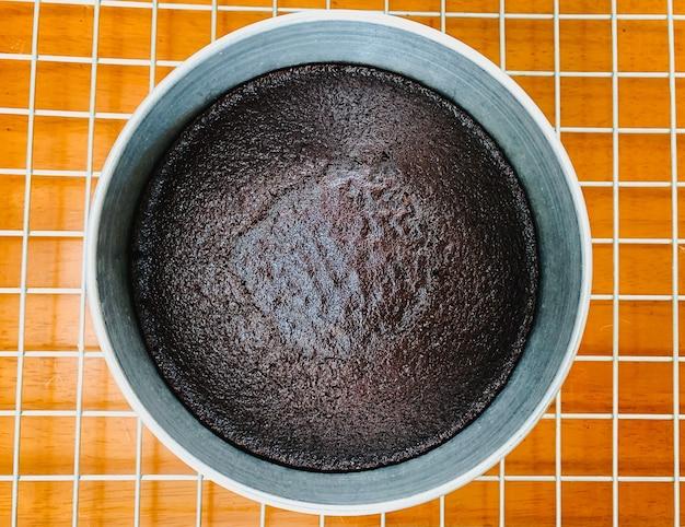 Draufsicht auf runden gebackenen dunklen schokoladenkuchen