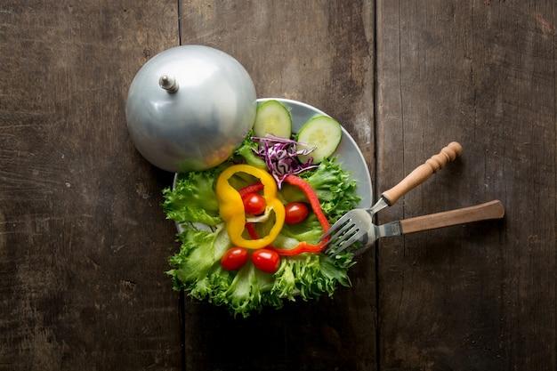 Draufsicht auf salat mit einer gabel