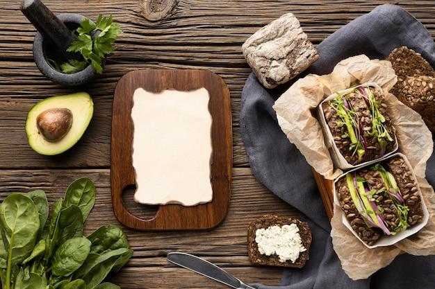 Draufsicht auf salatbrötchen mit salat und avocado