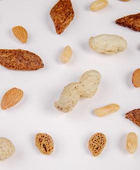 Draufsicht auf salzige snacks brotcracker mandel gesalzen und knusprige erdnüsse auf weiß