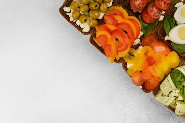 Draufsicht auf sandwiches mit offenem gesicht und kopierraum. gemüsesandwiches zum frühstück oder snack.