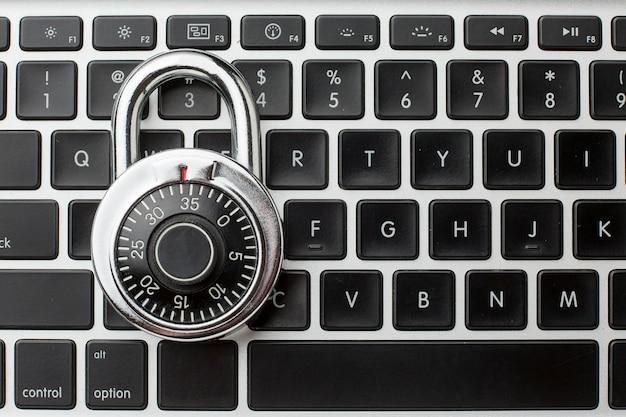 Draufsicht auf schloss auf tastatur