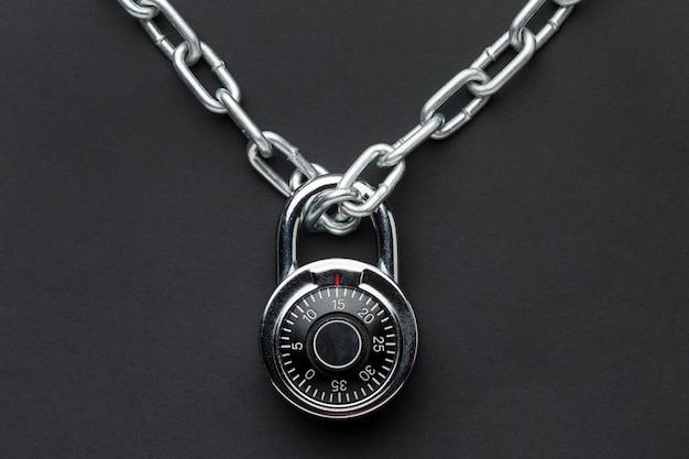 Draufsicht auf schloss mit metallkette