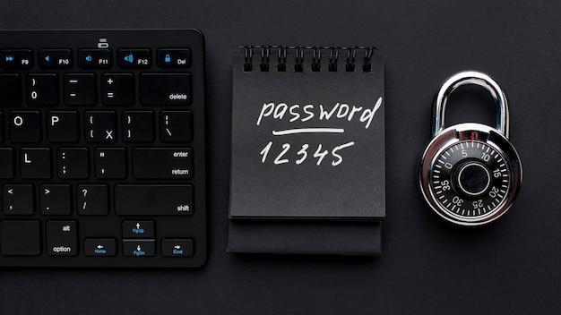 Draufsicht auf schloss mit passwort und tastatur