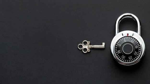 Draufsicht auf schloss mit schlüssel und kopierraum