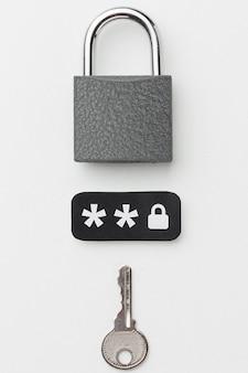 Draufsicht auf schloss mit schlüssel und passwort