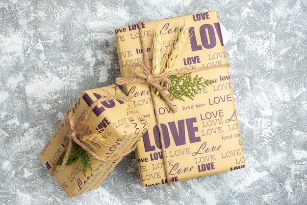 Draufsicht auf schöne große und kleine weihnachtsgeschenke auf der eisoberfläche