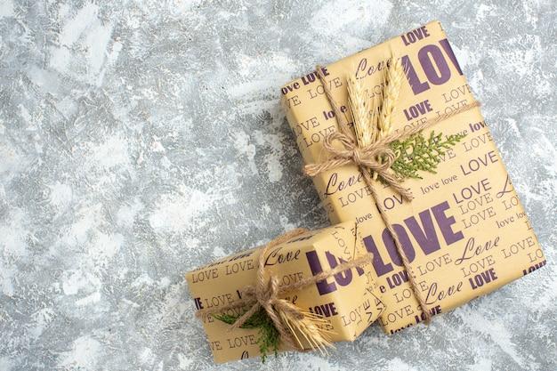 Draufsicht auf schöne weihnachtsgeschenke mit großen und kleinen verpackten geschenken auf der linken seite auf der eisfläche
