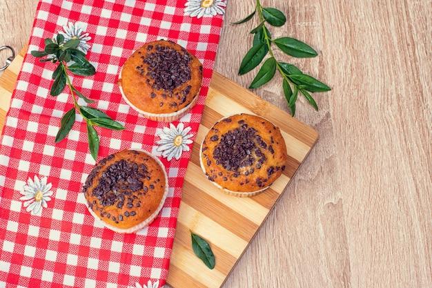 Draufsicht auf schokoladenmuffins und nussmuffins