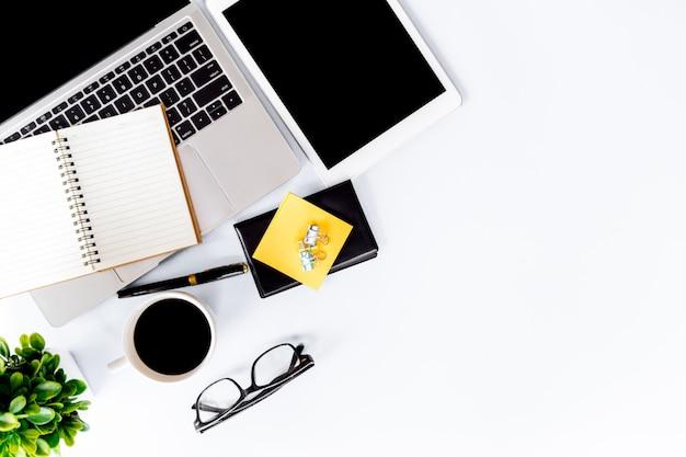 Draufsicht auf schreibtisch modern mit arbeitsbereich im büro mit kopierraum, flache lage.