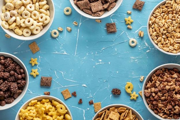 Draufsicht auf schüsseln mit auswahl an frühstücksflocken