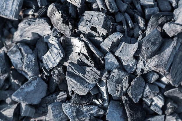 Draufsicht auf schwarze verbrannte glut kontrastiert die textur von verbranntem holz