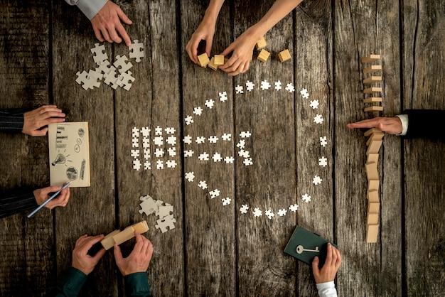 Draufsicht auf sechs geschäftspartner, die gemeinsam an einem projekt arbeiten