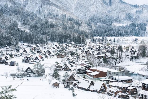 Draufsicht auf shirakawa-go-dörfer am schneefalltag