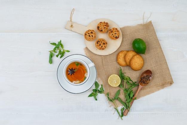 Draufsicht auf snacks mit kräutertee