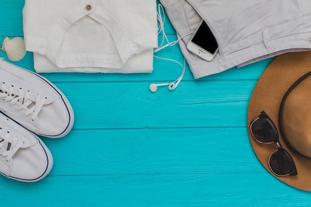 Draufsicht auf sommerzubehör auf blauer holzoberfläche