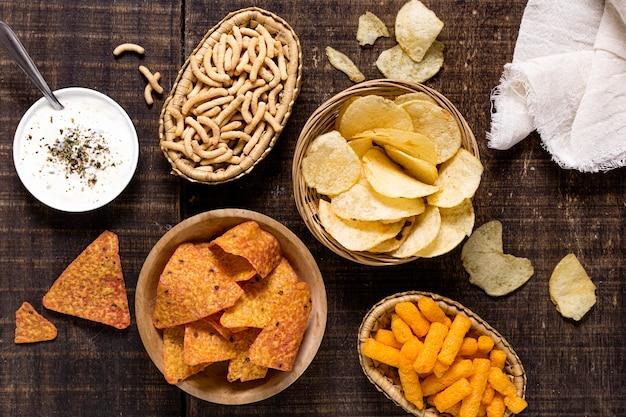 Draufsicht auf sortiment von chips mit soße