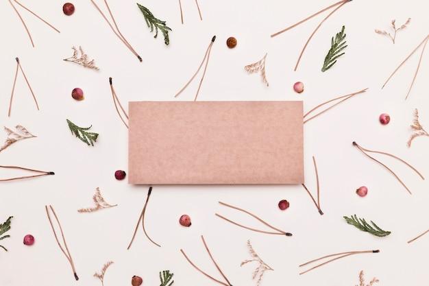 Draufsicht auf sortiment von herbstpflanzen mit papier