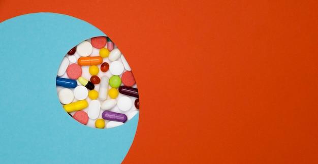 Draufsicht auf sortiment von pillen mit kopierraum