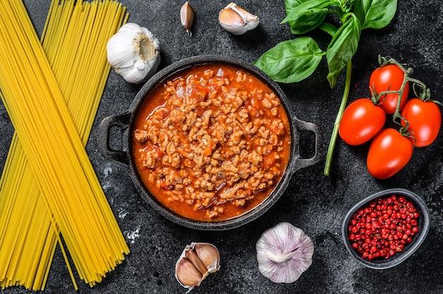 Draufsicht auf spaghetti mit bolognese-soße und basilikum