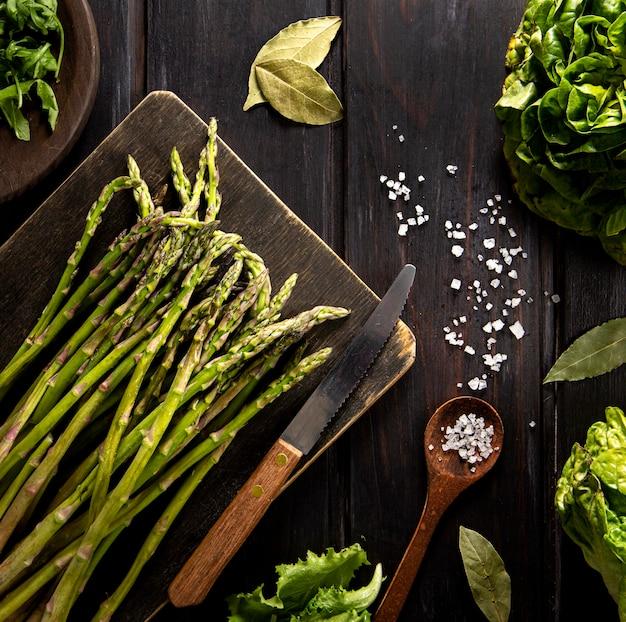 Draufsicht auf spargel mit salat und holzlöffel