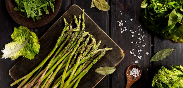 Draufsicht auf spargel mit salat