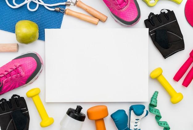 Draufsicht auf springseil und sportartikel mit kopierraum