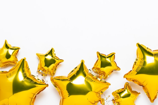 Draufsicht auf sternförmige goldene luftballons