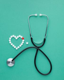Draufsicht auf stethoskop und pillen