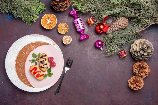 Draufsicht auf süße kekse im teller auf schwarz inside