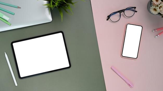 Draufsicht auf tablette, smartphone und brille