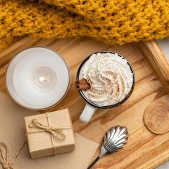 Draufsicht auf tasse kaffee mit schlagsahne und geschenk