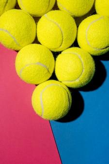 Draufsicht auf tennisbälle in dreiecksform