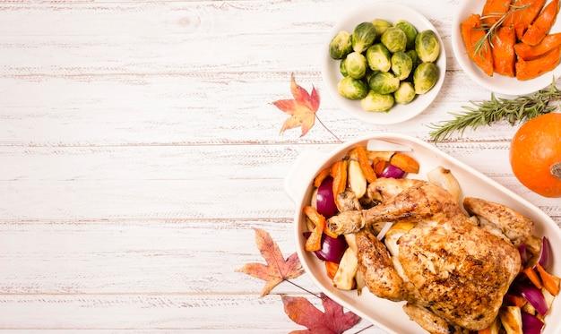 Draufsicht auf thanksgiving-brathähnchen mit kopienraum