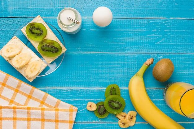 Draufsicht auf toast mit butter und früchten